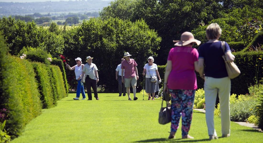 elderly-visitors-829269_1920